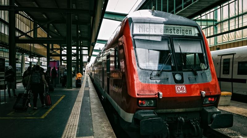 """""""Deutsche Bahn"""" žada iki 2026-ųjų pagerinti interneto ryšį traukiniuose"""